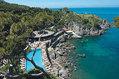 La piscina d'acqua di mare e la baia privata viste dall'alto