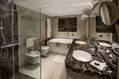 Ampia stanza da bagno della Junior Suite New Style vasca idromassaggio e box doccia