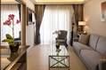 Salotto della Junior Suite New Style con balcone vista mare.