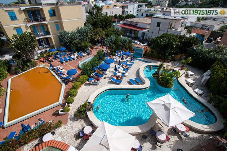 Le piscine termali da 32 a 38° con solarium attrezzato a disposizione dei clienti.