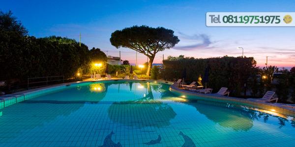 La piscina termale esterna con solarium attrezzato.