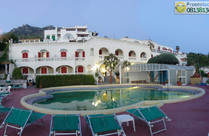 Facciata dell'Hotel con piscina termale esterna.