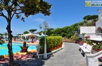 Giardino e piscina termale esterna.