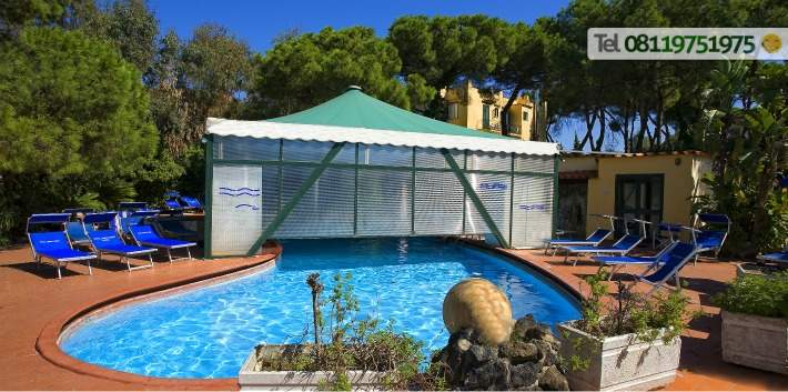 La piscina termale semicoperta 32/33° con solarium attrezzato.