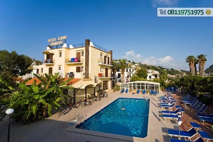 Facciata dell'Hotel con giardino, piscina naturale e solarium attrezzato.