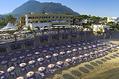 L'hotel Terme Tritone e la sua spiaggia attrezzata visto dal mare.
