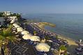 La spiaggia e le terrazze attrezzate dell'hotel vista dalle camere.