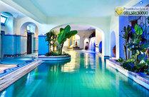 La piscina termale coperta con idromassaggio e cascate cervicali.