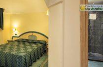 Junior Suite con balcone vista mare, bagno con doccia.