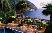 Le terrazze panoramiche a picco sulla baia di Citara.