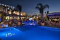 La piscina termale con idromassaggio notturna.