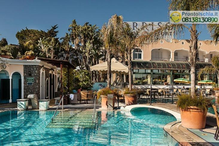 La piscina termale grande con idromassaggi 36° inverno e 33/34° in estate.