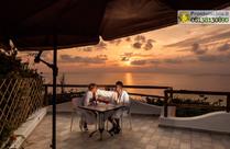 La terrazza panoramica per un aperitivo rilassante al profumo di mare.
