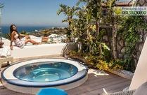 La terrazza vista mare con vasca jacuzzi nella Suite il Faro.