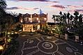 L'entrata in Hotel ai caldi colori del tramonto