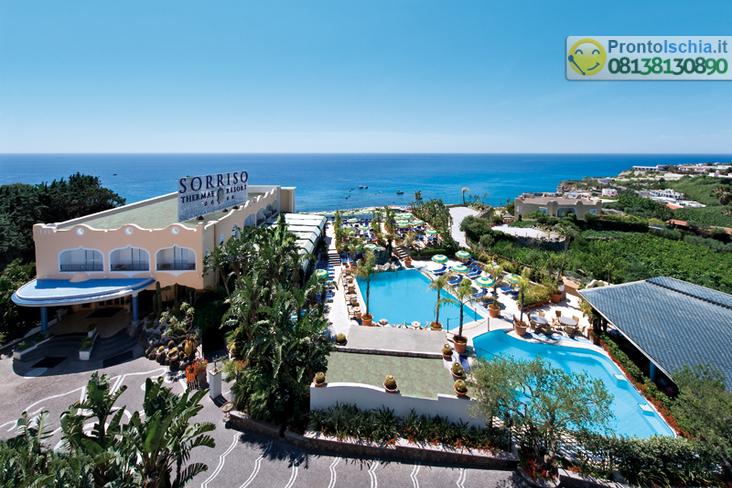Panoramica dell'Hotel, le piscine ed il mare.