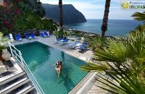 La piscina termale con cascate cervicali dell'oasis.