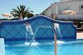 Cascate cervicali nella piscina piccola calda termale.