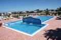 Due piscine termali di cui una piccola calda, con idromassaggi e cascate terapeutiche