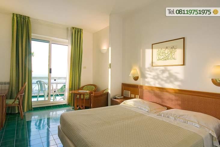 Camera con balcone vista mare.