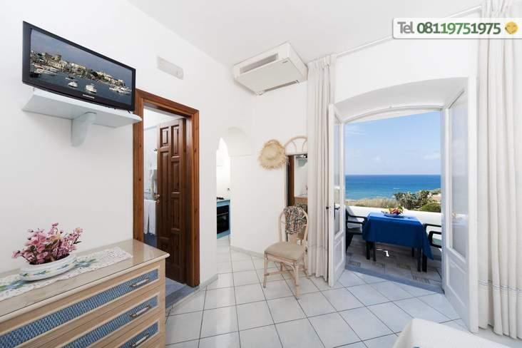 Appartamento vista mare con camera matrimoniale e possibilità di aggiungere un terzo letto.