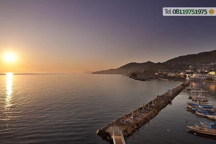 Piattaforma attrezzata dellHotel con meraviglioso tramonto.