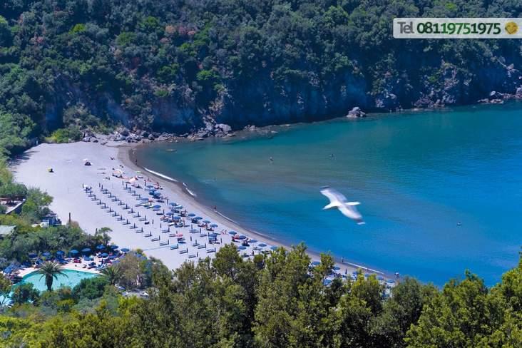 Spiaggia di San Montano distante 500 metri e collegata con navetta gratuita.
