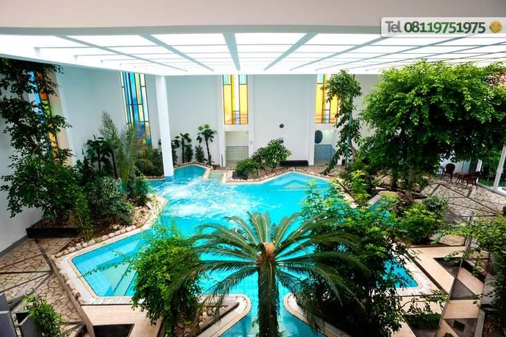Piscina termale coperta con idromassaggi e nuoto controcorrente 32°/38°.