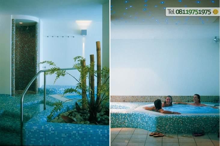 Zona coperta con doccia emozionale e vasca idromassaggio calda