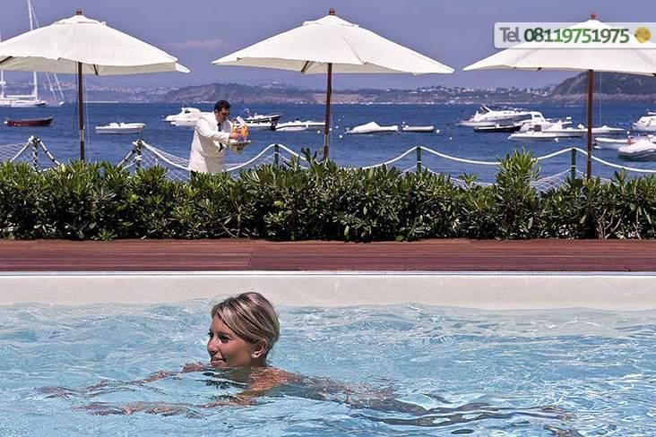 La piscina d'acqua dolce scoperta con solarium attrezzato.