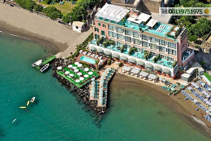 La spiaggia privata e le piattaforme attrezzate incluse nel prezzo.
