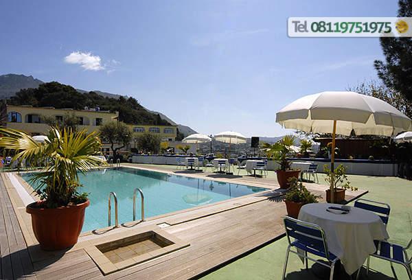 La piscina esterna di acqua naturale.