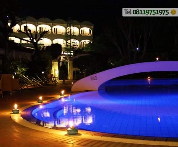 La piscina termale esterna di sera.