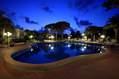 La piscina termale esterna calda notturna.