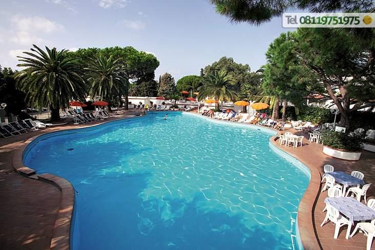 Un tuffo in piscina al caldo sole di Forio.